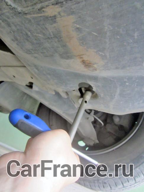 Откручиваем болт защиты двигателя на Рено Меган 2