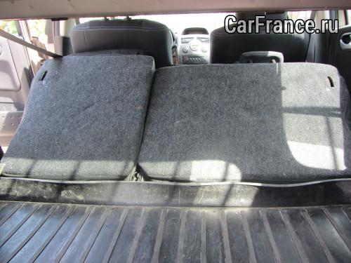 Вид багажного отделения с сложенными наполовину сидениями