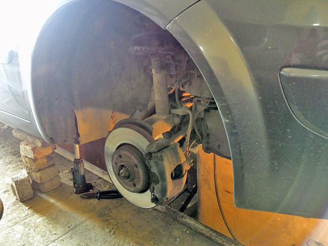 Рено Меган 2 со снятым колесом