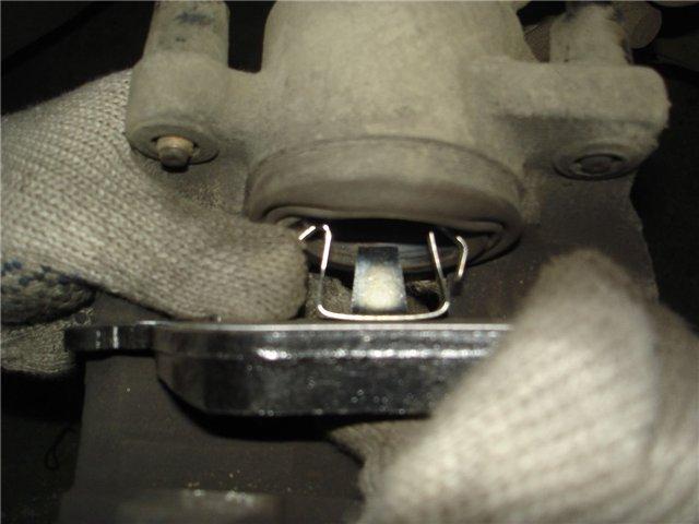 Одеваем новые колодки на тормозной диск  Рено Меган 2