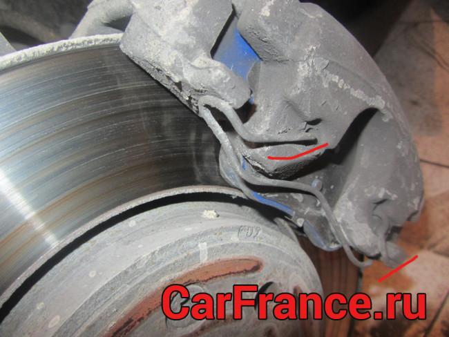 Снятие фиксирующей пружинки тормозной колодки Рено Меган 2