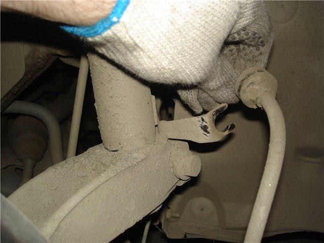 Крепление тормозного шланга к передней стойке Рено Меган 2
