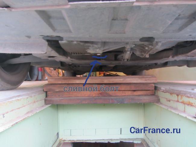 Местонахождение сливного болта картера двигателя
