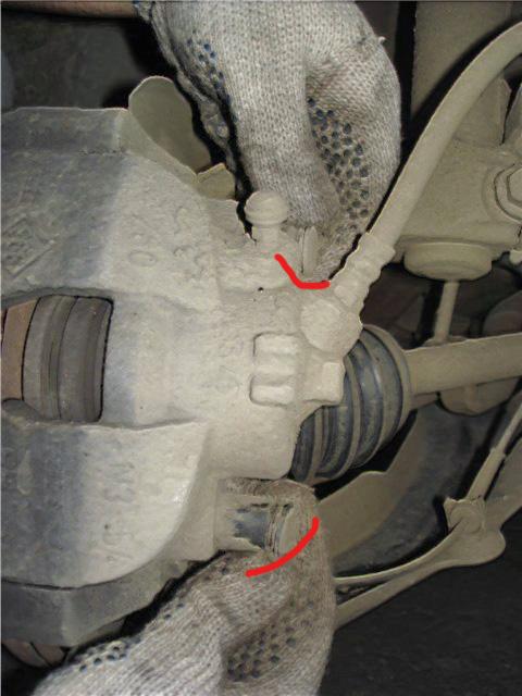 Снимаем заглушки направляющих тормозного суппорта Рено Меган 2