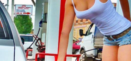 Девушка заправляет бензином свой автомобиль