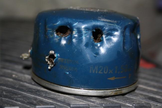 Старый маслофильтр снятый при помощи отвёртки
