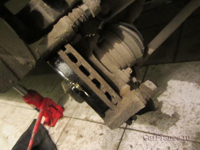 Устанавливаем новые передние тормозные колодки Лада Гранта
