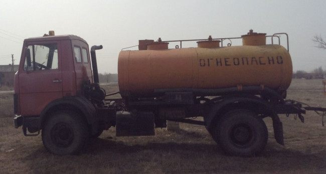 Бензовоз с топливом