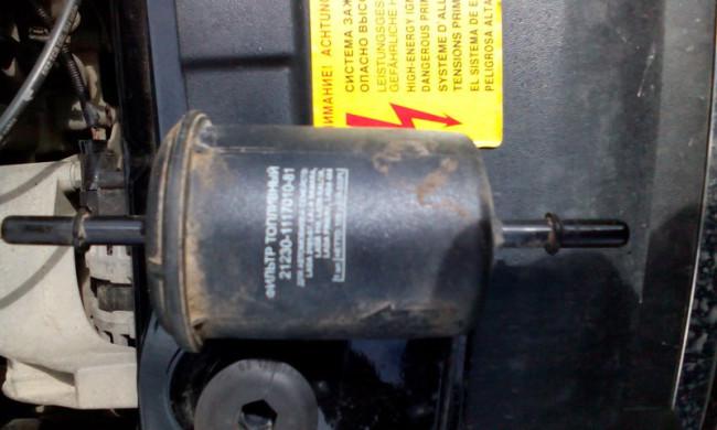 Фильтр топливный, который установлен с завода на Лада Гранта