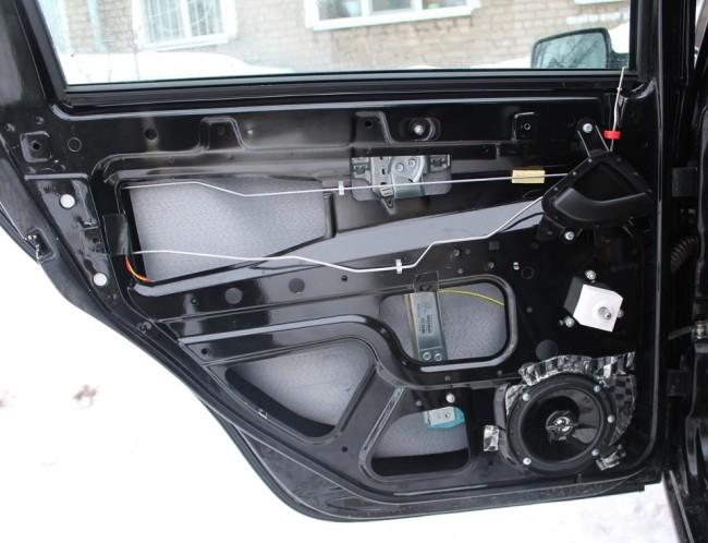 JVC 16 см в облицовке задней двери Лада Гранта