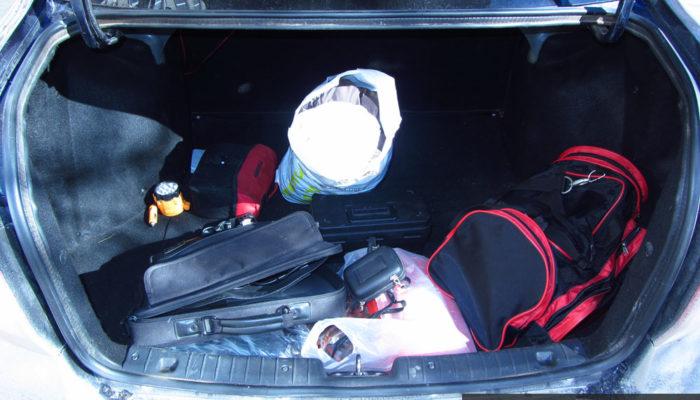 Багажное отделение Лада Гранта с вещами