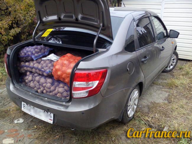 Багажник Лада Гранта загружен картошкой