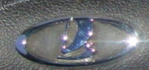 Логотип Лада на руле в комплектации норма