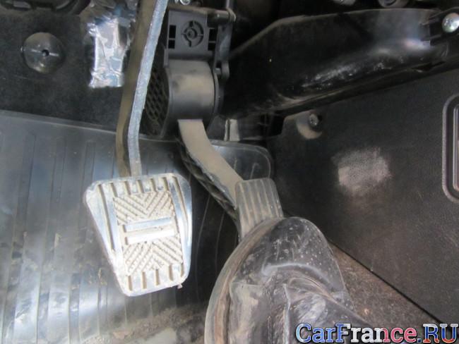 Нажатие на педаль газа до упора в пол Лада Гранта