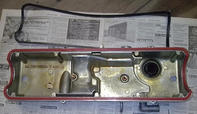 Новая прокладка и клапанная крышка двигателя Лада Гранта