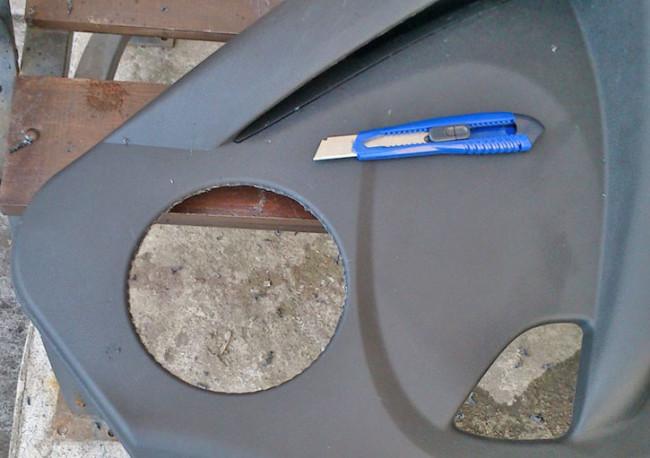 Убираем декоративную часть передней обшивки двери Лада Гранта для установки 16 см колонок
