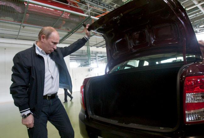 Владимир Путин осматривает багажник автомобиля Лада Гранта Седан