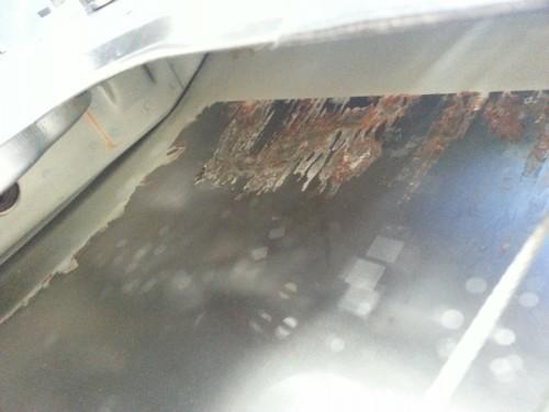 Внутри дверей Лада Гранта покрыты ржавчиной