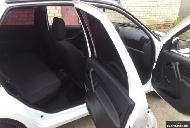 Внутри автомобиля Лада Гранта вид на задних пассажиров