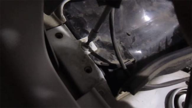 Снятие защитной крышки салонного фильтра Лада Гранта