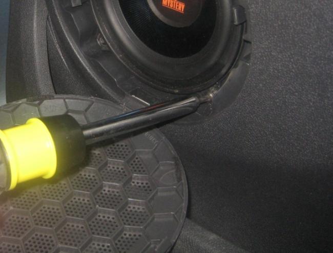 Дверь водителя в Логане, динамик и накладка