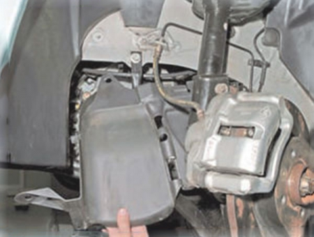Снимаем щитки двигателя Логан