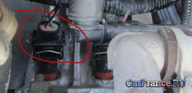 Продувка сжатым воздухом фишек датчиков под капотом Лада Гранта