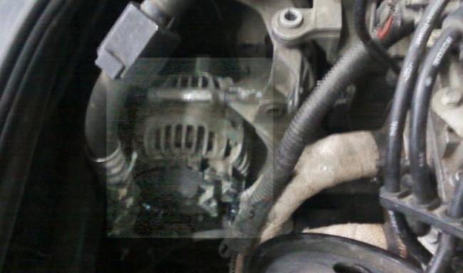 Ремень генератора на Рено Логан натягивается роликом