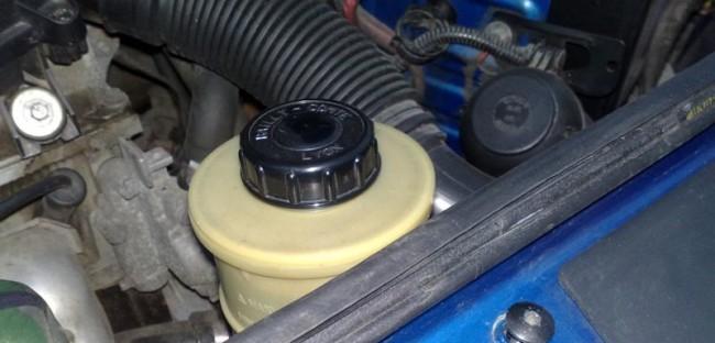 Бачок жидкости гидроусилителя под капотом Рено Логан