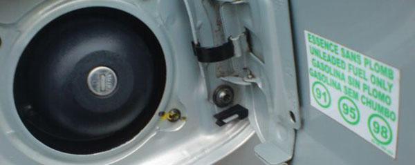 Лючок бензобака Рено Логан с табличкой допуска по бензину