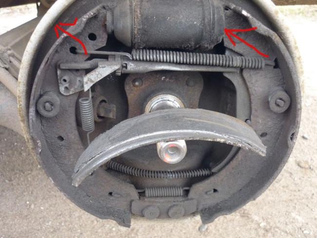 Осмотр тормозной системы заднего колеса Рено Логан