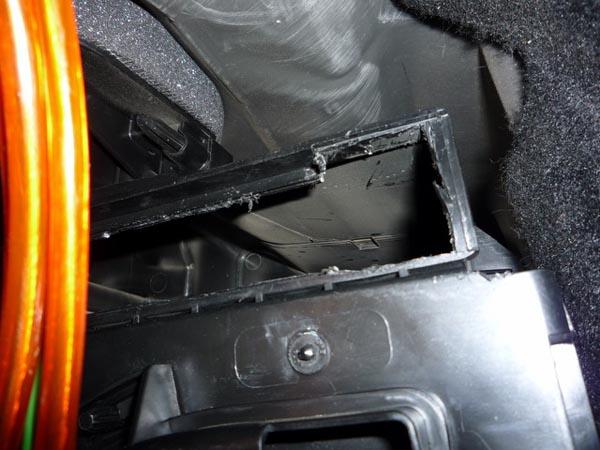 Готовое отверстие в панели приборов для установки салонного фильтра Рено Логан
