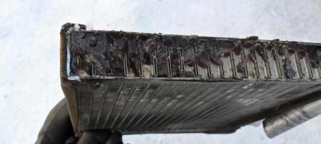 Забитый герметиком радиатор отопителя Лада Гранта