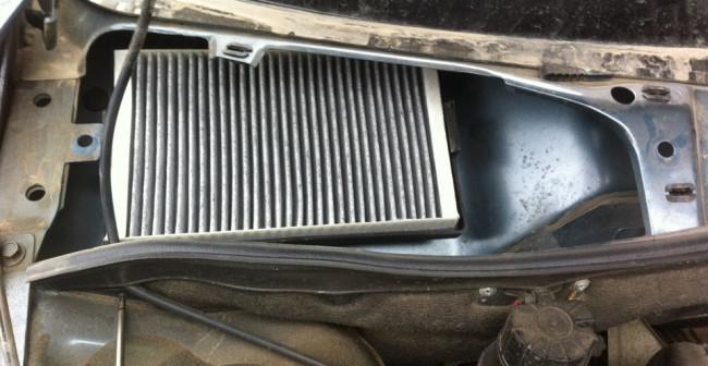 Расположение салонного фильтра под капотом автомобиля Лада Гранта