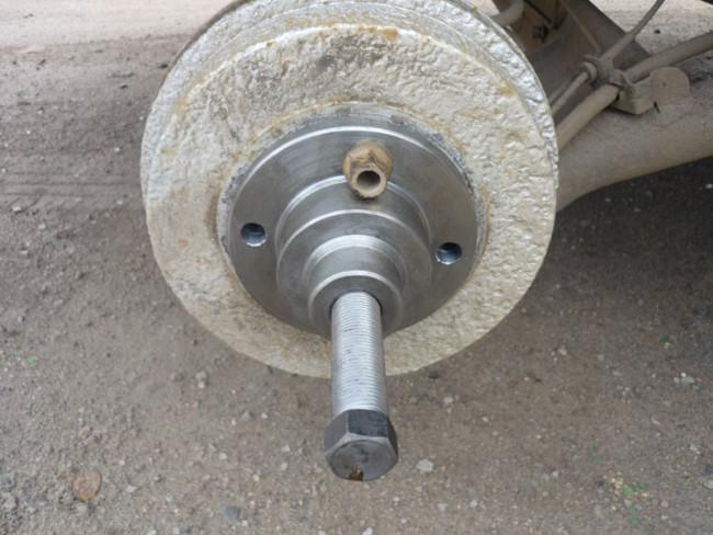 Снятие заднего тормозного барабана при помощи съёмника