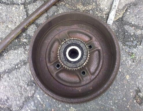 Снятый тормозной барабан с заднего колесо Рено Логан