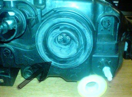 Снятие резиновой заглушки от пыли с фары Рено Логан