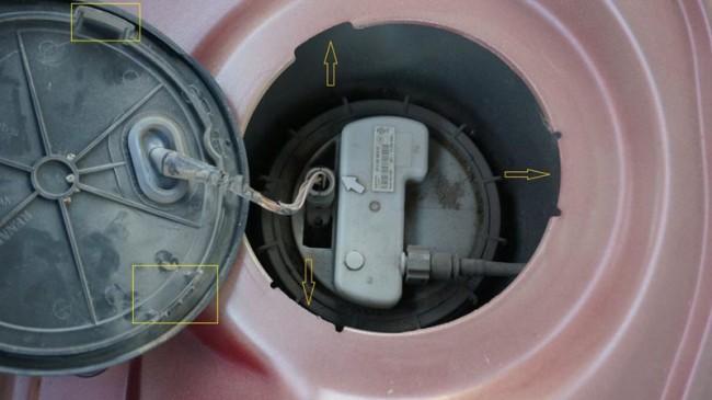 Извлекаем топливный насос для доступа к фильтру