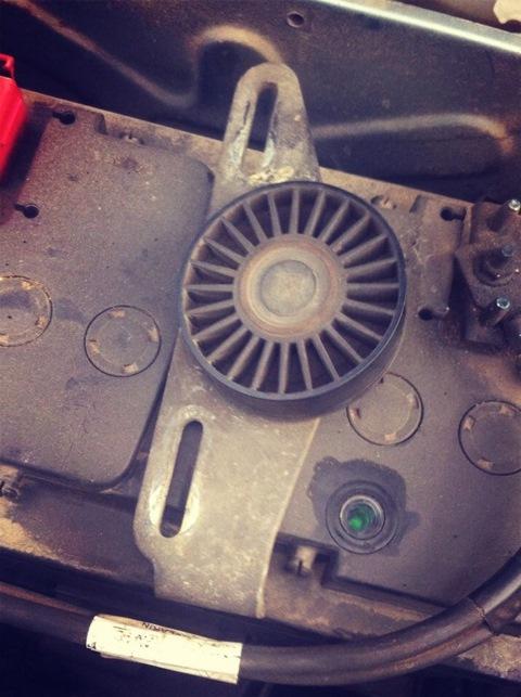 Ролик натяжителя ремня на Рено Логан снятый с автомобиля