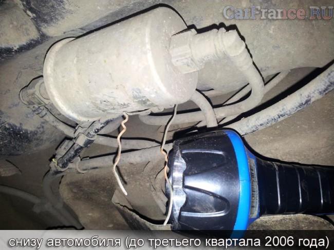 Топливный фильтр снизу автомобиля на кузове Рено Логан