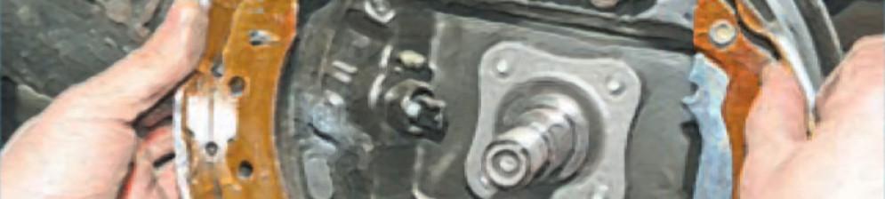 Процесс замены задних тормозных колодок Рено Логан