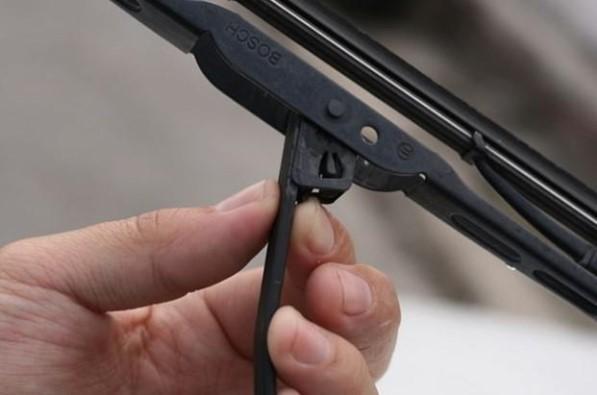 Лапка на фиксаторе стеклоочистителя Рено Логан.
