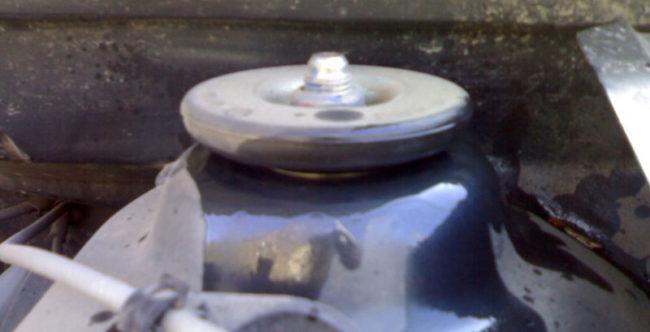 Скрип из щели между стаканом стойки и кузовом Рено Логан