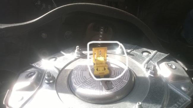 Фишка с проводами подушки безопасности водителя Логан
