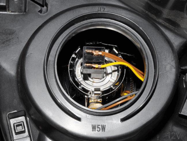 Установлена новая лампочка ближнего света на Рено Дастер