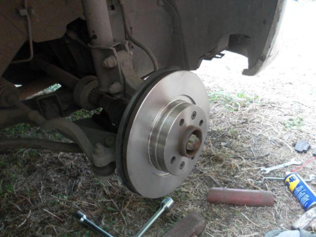 Новый тормозной диск Bosch установлен на Рено Логан