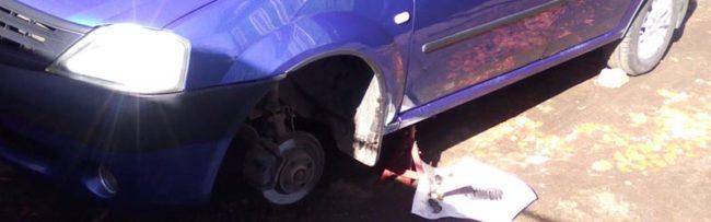 Снимаем колесо для доступа к подвеске Рено Логан