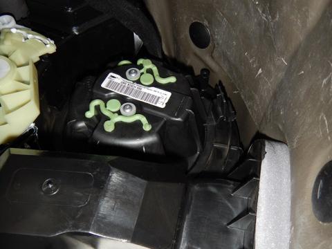 Корпус вентилятора под передней панелью Рено Логан