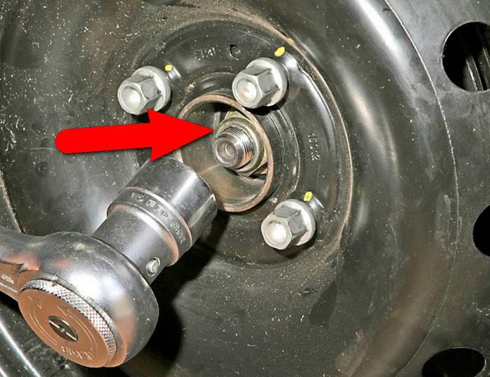 Местоположение гайки на 30 которая крепит ступицу заднего колеса на Рено Логан