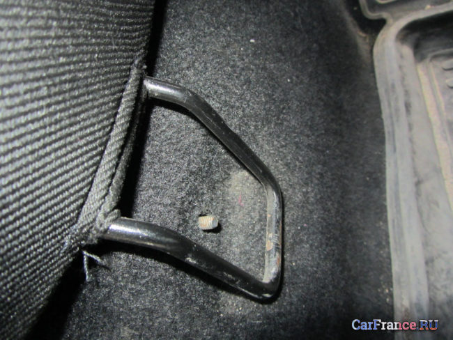 Поломанное крепление сидения заднего дивана Лада Гранта